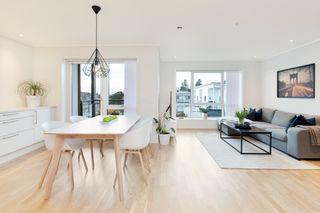 Flott 3-roms leilighet beliggende i 2.etg. Solrik balkong og garasjeplass i kjeller.