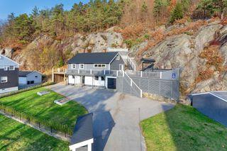 GRIM-Vising avlyst. Solgt     enebolig med 5 sov og 2 pene flislagte bad-Stor solrik tomt med flotte terrasser.