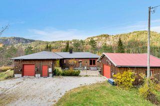 BUD FORELIGGER: Flott eiendom med store tomtearealer og idyllisk beliggenhet - innholdsrik enebolig med 2 garasjer