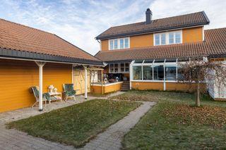 Innbydende og påkostet familiebolig med godkjent leilighet/generasjonsdel. Flott og solrik bakhage. Dobbel garasje.
