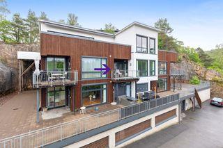 Vige - Nyere vestvendt 2-roms selveier med kort sykkelavstand fra Lund og UIA.  Garasje og heis.  Lun terrasse.