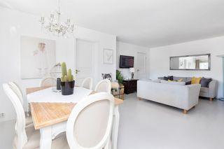 Flott 2-roms leilighet i høy første etg - God standard - Stor innglasset balkong - Garasje.