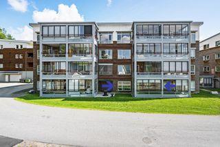 Pen 3-roms leilighet m/trappefri adkomst, innglasset balkong, garasjeplass og en praktisk beliggenhet i Nodeland sentrum