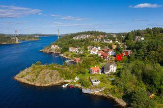 Sørlandsidyll - Enebolig med panoramautsikt til Tromøysund. Lang strandlinje med 2 brygger, hvorav en dypvannsbrygge