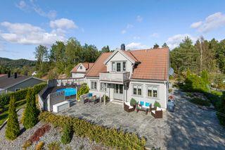 Moderne og romslig enebolig - Utsikt - Fine uteplasser, hage og lysthus - Utendørs svømmebasseng - Dobbel garasje