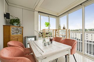 Lys og pen 2-roms leilighet i byggets 6. etasje med solrik balkong, heis og kort gangavstand til Amfisenteret og buss.