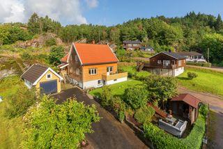 Enebolig over tre plan med sentral beliggenhet på Lunde i et rolig og barnevennlig område