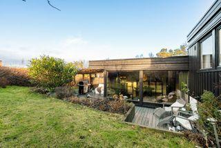 Nydelig atriumshus i familievennlig område med skjermede uteplasser, garasje i rekke. Ny taktekking 2018, nyere kjøkken