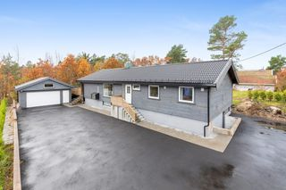 Pent oppusset og renovert enebolig på stor solrik tomt-ny stor hage-ny dobbel garasje.
