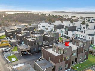 Dvergsnes - Ny innholdsrik tomannsbolig med carport og komplette uteområder