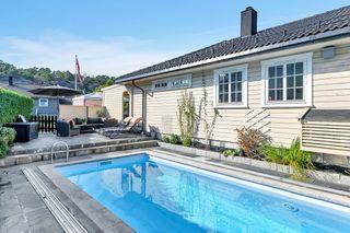 Familiebolig med nyere bassengområde og flotte, solrike uteområder - 2 garasjer og parkering på tomt