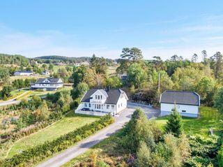 BUD FORELIGGER - Nyere enebolig med stor garasje og pent opparbeidet tomt - landlig og barnevennlig boligområde