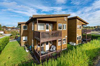 Innholdsrik leilighet med 3 soverom og carport.