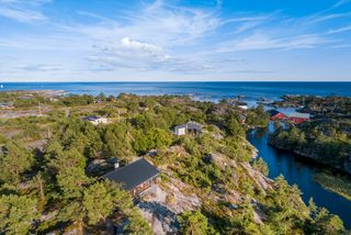Hytte med havutsikt og fine uteplasser / Meget usjenert tomt på ca 9,5 mål med strandlinje til Leivann med brygge