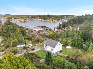 Enebolig nær sjøen med stor tomt og bryggeplass - Langholmsund i Høvåg - Påmeldingsvisning tors 28.01 kl. 16:30-17:30.