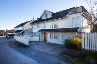 Svært pent hus med solrik tomt og stor påbygd stue. Garasje og flere terrasser. Sentral og barnevennlig beliggenhet