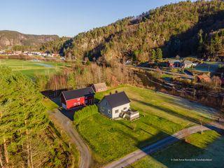 Sentralt og flott beliggende småbruk med grense til Audnaelva