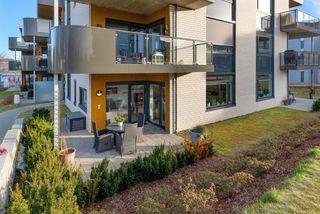 Pen og nyere 3 roms eierleilighet m. solrik terrasse. Stor takterrasse. Heis og garasje.