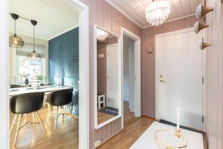 Pen leilighet i 2 etasje med sentral beliggenhet. Egen garasje. 2(3) soverom. Balkong med gode solforhold.