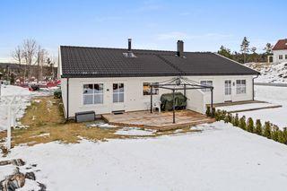 Pen halvpart av tomannsbolig -  2 soverom og romslig tomt - Hage og terrasse - Parkering - Sentralt
