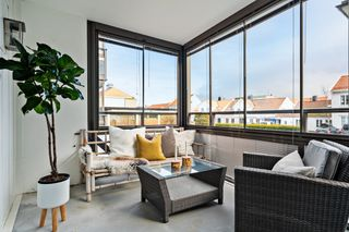 Innbydende 2-roms leilighet med stor innglasset balkong (11 kvm) og praktisk planløsning. Kjøkken oppgradert i 2011/2013
