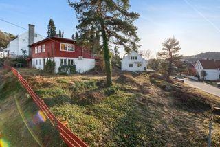 Grim - Enebolig i attraktivt boligstrøk like ved Baneheia - Stor solrik hjørnetomt - Carport - Oppussingsbehov!