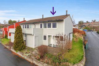 Flott enderekkehus med solrik veranda, hage og balkong med sjøutsikt - Medfølger garasje i rekke
