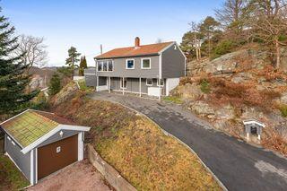 Innholdsrik enebolig over 2 plan med moderne preg - Usjenert og solrik tomt samt stor veranda - Garasje
