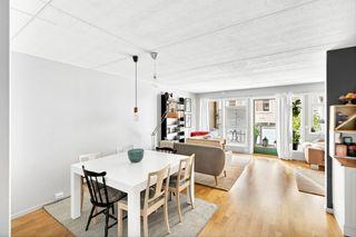 Flott leilighet som ligger i en høy 1.etg.- innglasset veranda - parkering i parkeringskjeller - heis i bygget