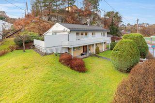 Innholdsrik og påbygd enebolig over 2 etasjer. Solrik terrasse/hage og dobbeltgarasje.