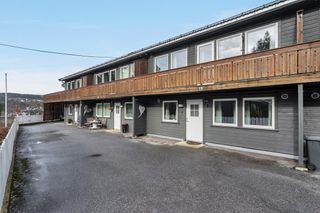 Rekkehus med veranda og hage, gode solforhold. Garasje i rekke. Påmeldingsvisning ring megler tlf 40408046
