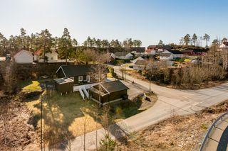 Lys, moderne og romslig enebolig med alt på ett plan - Utestue, terrasse, stor hage - Dobbel garasje - Vedbod - Sentralt