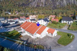 Meget sentral leilighet i rekkehus med flott uteplass - 3 soverom og alt på en flate - Carport og garasje