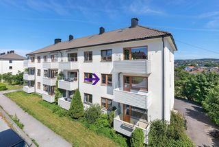 Arealeffektiv og sentralt beliggende 3-roms endeleilighet med peis og balkong. 2 soverom og oppgradert bad.