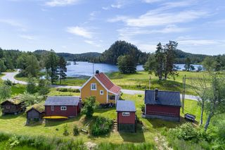 Eldre og meget sjarmerende eiendom rett ved Fjorden - Idyllisk tun med mange bygninger og fine utearealer