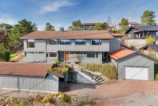 Gimlekollen/ Bjørnestien - Stor enebolig med godkjent hybel. Stor solrik usjenert tomt - Heis - 3 garasjer -Blindvei.