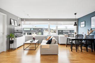 Flott selveierleilighet med gode kvaliteter, solrik terrasse og parkeringsplass i et sentralt og etablert boligområde