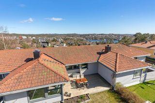 Romslig og innholdsrikt atriumshus over 2 etasjer. Solrik terrasse/hage. Garasje.