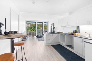Ny og ubebodd 3-roms leilighet med fin standard og stor balkong. Stor felles solrik terrasse.