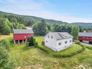 Flott beliggende småbruk med pent opparbeidet tomt - solrikt og utsikt - nærhet til både fjord og fjell
