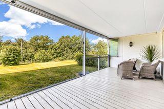 Andelsleilighet med solrik, innglasset veranda og dir. utgang til hage