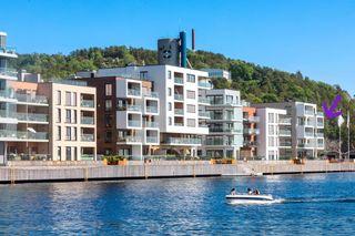 Ny hjørneleilighet beliggende i 4. etg. med stor solrik balkong med nydelig sjøutsikt og parkering rett ned i kjeller