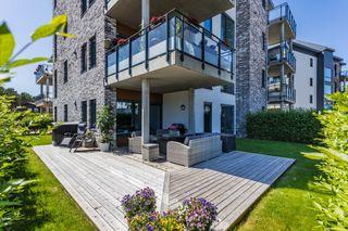 Svært tiltalende 3-roms leilighet m/parkering og stor privat uteplass.