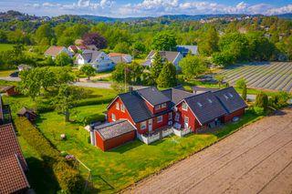 PÅMELDINGSVISNING ONSDAG 15.07. KL 17-19. Innholdsrik enebolig med stor solrik tomt i landlige omgivelser.