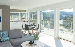 Ny og innbydende toppleilighet med 3 sov. Stor takterrasse. Flott utsikt utover Rosfjorden. Bod/parkering i underetg.