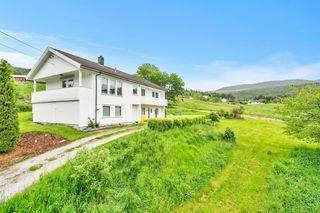 Landlig beliggende enebolig med flott utsikt over fjord og fjell - ingen boplikt