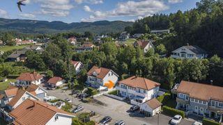 Tiltalende, innholdsrik og praktisk leilighet over 2.etasjer. Vestvendt beliggenhet og gode solforhold. Barnevennlig.