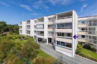 Hyggelig 3-romsleilighet med solrik innglasset balkong - Parkering på fellestomt. Velkommen til visning!