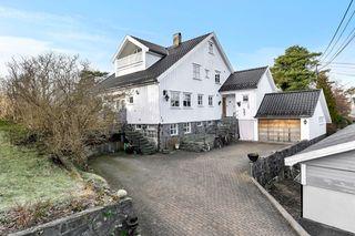 Innholdsrik eiendom med 2 boenheter og anneks - veletablert boligområde sentralt i Grimstad