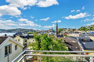 3-roms toppleilighet midt i sentrum med gode solforhold og utsikt utover byfjorden